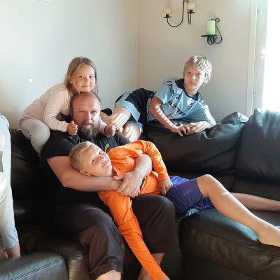 Lyytikäisen perhe sohvalla