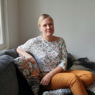 Saara-Lotta istuu sohvalla