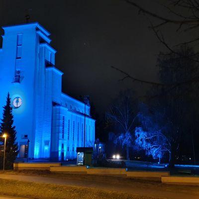 Jyväskylän Taulumäen kirkko Valon kaupunki -valaistuksessa sinisävyisenä