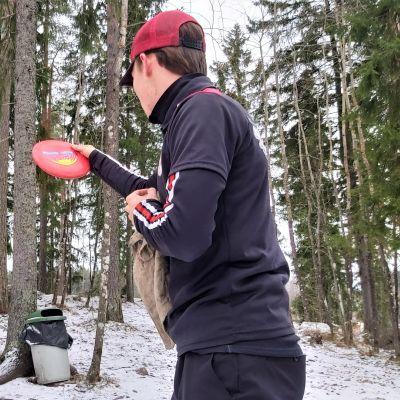 Frisbeegolfaaja Niko Puumalainen Myllymäen radalla Lappeenrannassa.