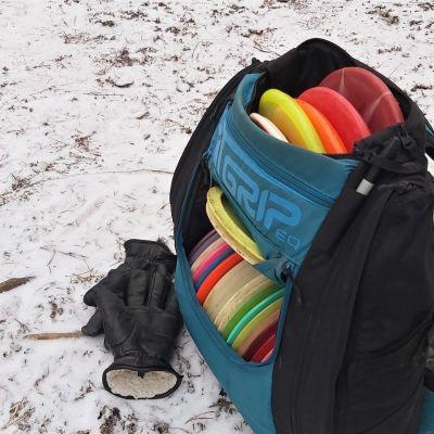 Frisbeegolfaaja Niko Puumalainen reppu on täynnä frisbeekiekkoja.