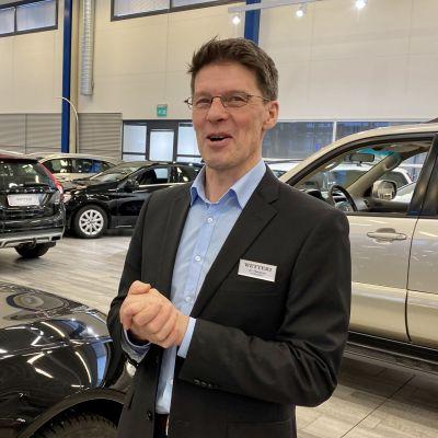 Paikallispäällikkö Ari Roivainen Kajaanin Wetteriltä uskoo autokaupan pääsevän jaloilleen koronavuoden jälkeen.