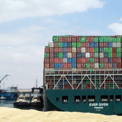 Suezilla aluksen vapautusoperaatio jatkuu ruoppaajien avulla.