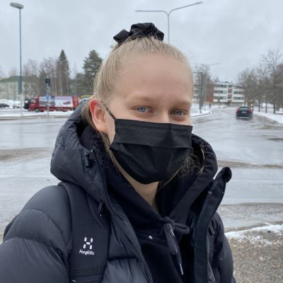 Kajaanilainen Noora Mikkonen ei haluaisi rajoituksia ajo-oikeuteen ajokorttilain uudistuksessa.