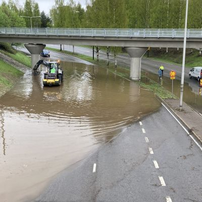 Oulussa olleiden rankkasateiden vuoksi useita katuja tulvi, muun muassa niin sanottu Miljoonamonttu Tuirassa.