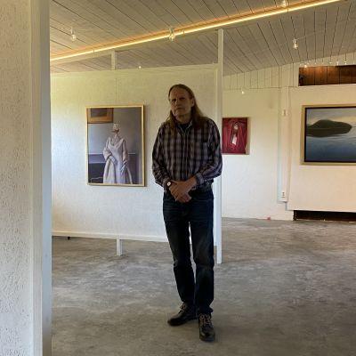 Kaj Stenvallin näyttely avautuu tänään yleisölle Lohtajalla.