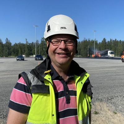 Työpäällikkö Mikko Takkula seisoo Kokkolan tapahtumapuiston edustalla.