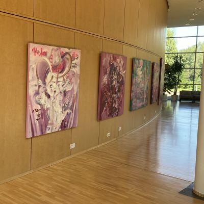 kuvassa Katja Tukiaisen taidenäyttely