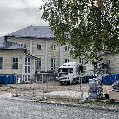 Aitoja ja remonttilavoja hirsirakenteisen Sissilinnan pihalla.