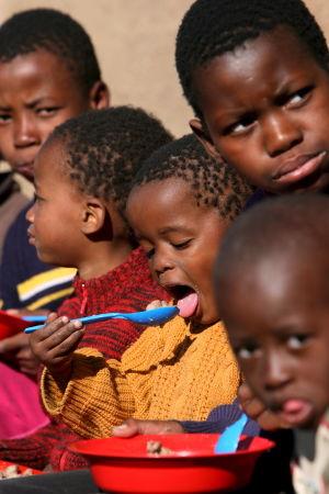 Sydafrikanska barn tilldelas mat.