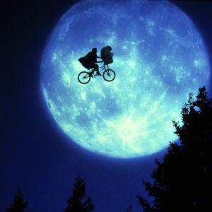 Elliot ja E.T. lentävät polkupyörällä vasten täysikuuta elokuvassa E.T.