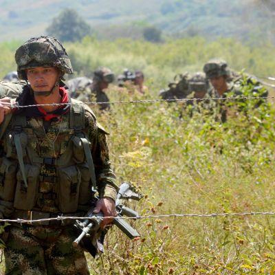 Colombianska trupper patrullerar