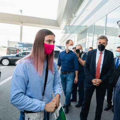 Kristina Timanovskaja träffar den österrikiska statssekreteraren Magnus Brunner på flygplatsen i Wien.