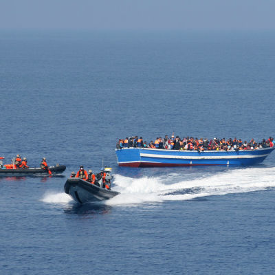 Båtflyktingar räddas av tyskt fartyg