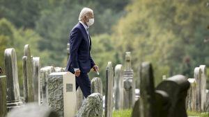 Joe Biden går på en begravningsplats.