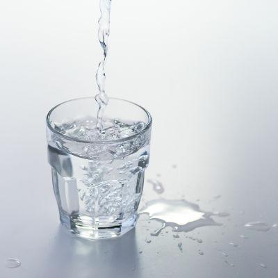 vatten som hälls i ett glas