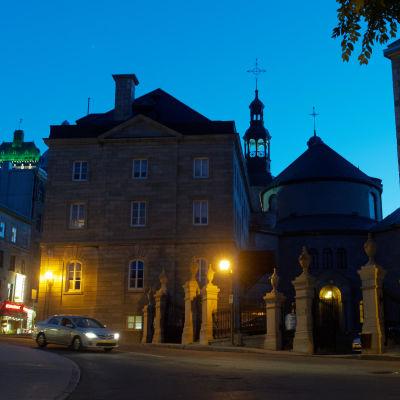Upplysta stenbyggnader i Quebec.