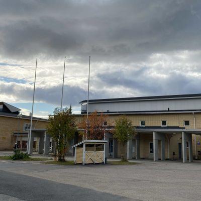 Keminmaan keskuskoulun tyhjä piha alku syksyllä. Taivaalla mustia pilviä.