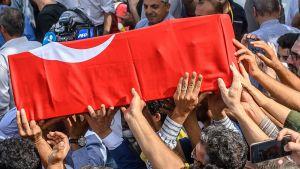 Kista med en nio månaders baby som dödades i en granatattack i den turkiska gränsstaden Akcakale 11.10.2019