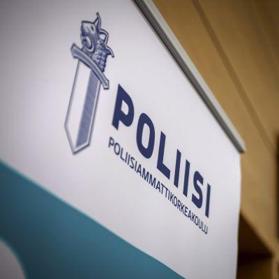 En skylt där det står Poliisi vid polisyrkeshögskolan