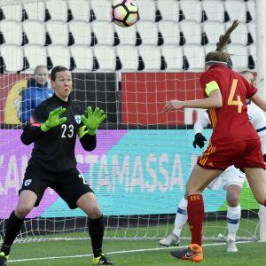 Irene Paredes nickar in 0-1 bakom Tinja-Riikka Korpela.