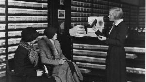 Stockmanns skoavdelning 1930-1935, 2 kvinnor köper skor, expedit