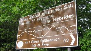 """En tvåspråkig skylt i Skottland på skotsk gäliska och engelska. På skylten står det """"ön Skye och Hebriderna""""."""
