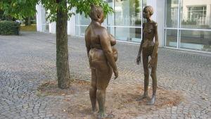 """Skulpturen """"Bronskvinnorna"""" av Marianne Lindberg de Geer utanför Konsthallen i Växjö."""