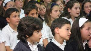Espanjalaisia koululaisia kouluasuissa.