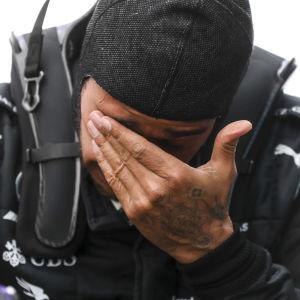 Lewis Hamilton var rörd efter att ha vunnit loppet och säkrat sin VM-titel.