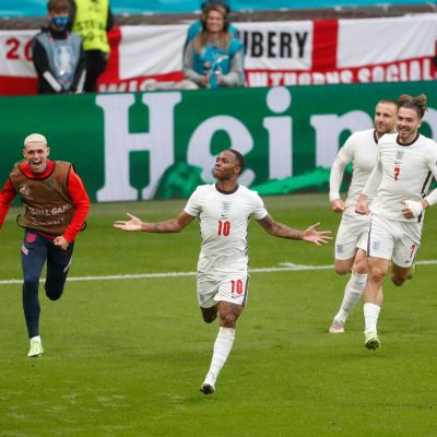 Raheem Sterling tuulettaa maalia Saksaa vastaan.