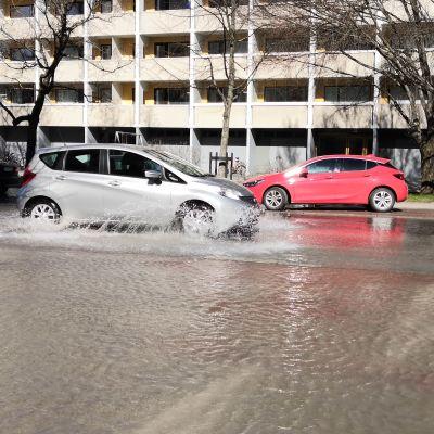 Översvämning orsakad av ett vattenläckage på Kiakvarnsgatan i Åbo.
