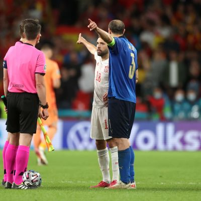 Jordi Alba ja Giorgio Chiellini ovat eri mieltä, kummasta päädystä rangaistuspotkut pitäisi aloittaa.