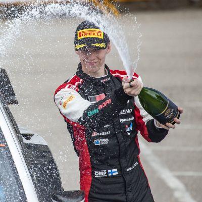 Kalle Rovanperä firar med bubbel.