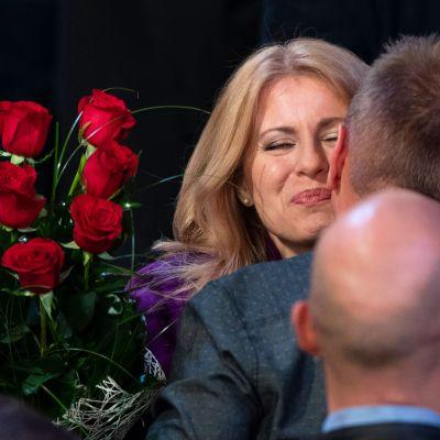 Zuzana Čaputová tar emot gratulationer efter vinsten i presidentvalet.