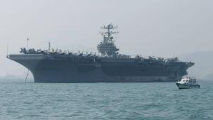 En arkivbild på USS Abraham Lincoln från Hongkong i december 2004. Just nu finns fartyget i Medelhavet.