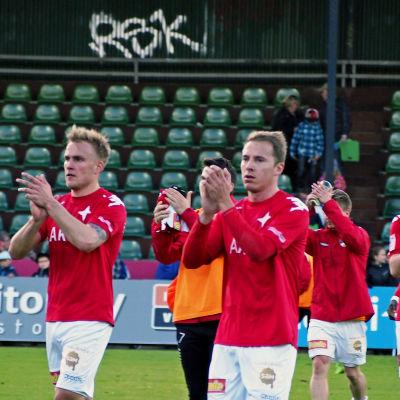 HIFKs spelare tackar sina supporters efter match i Lahts.