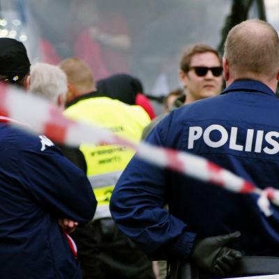 Ordningsmän kroppsvisiterar HIFKS supportar på väg till match mot FC Lahti.