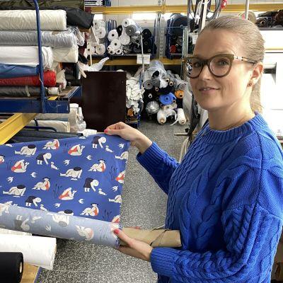 Rockserin pääsuunnittelija Lilli Norio esittelee kangasta, mistä aletaan tehdä kasvomaskeja myyntiin.