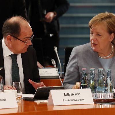 Jordbruksminister Martin Schmidt och förbundskansler Angela Merkel i Berlin 28.11.2017