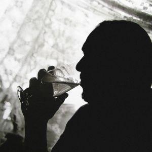 Man som dricker öl