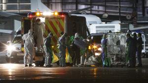 Ebolapatienten flyttas från Glasgow till en specialenhet i London.