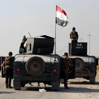 Irakiska styrkor på en väg, utanför staden Bartella i närheten av Mosul.