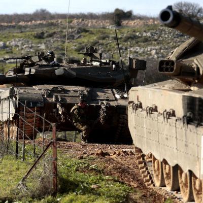 Israeliska stridsvagnar vid gränsen mot Libanon.