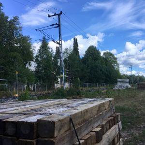 En hög med järnvägsbalkar.