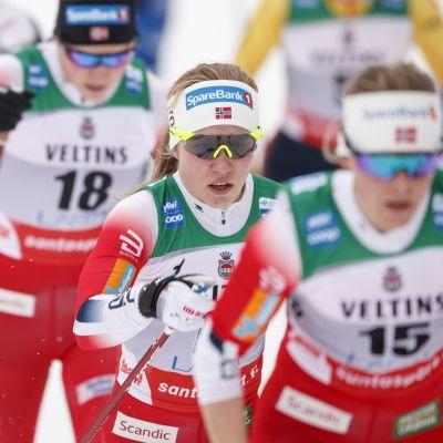 Helene Marie Fossesholm (keskellä.)