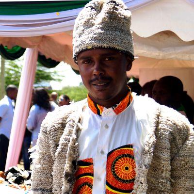 Man i Nairobi med jacka och byxor hopflätade av plastpåsar