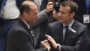 Maltas premiärminister Joseph Muscat och Frankrikes president Emmanuel Macron.