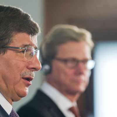 Ahmet Davutoglu vill med i koalition mot Syrien, om FN når enighet. Tysklands Guido Westerwelle i bakgrunden.