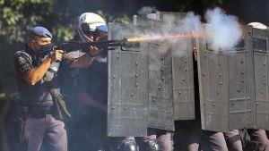Demonstranter möts av kravallpolis i São Paulo 31.5.2020. Både hälsokrisen och den politiska krisen tillspetsas.